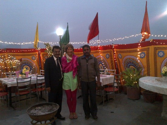 Hotel Lal's Haveli: Mr Raman, the cook and me