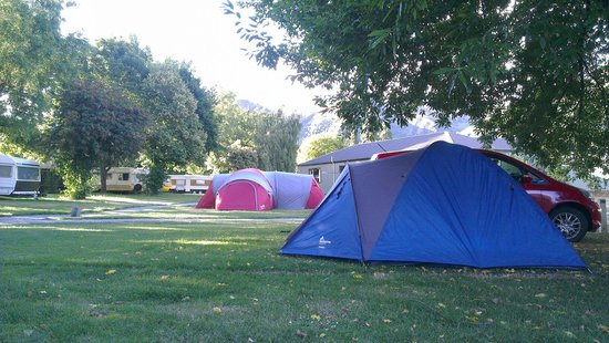 Arrowtown Holiday Park: Not huge tent spaces if you're in bigger than a 4 man, but otherwise fairly flat and a little ro