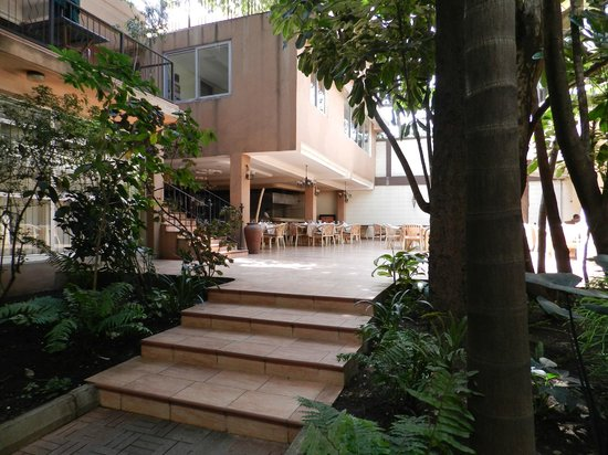 Impala Hotel: Courtyard in middle of hotel - includes Indian restaurant