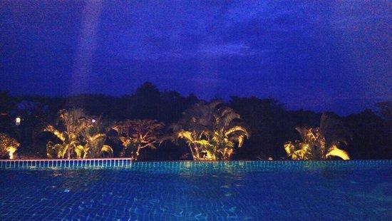 Lanta Sport Resort: Pool at night