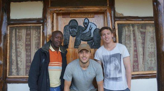 Bwindi Backpackers Lodge: Outside rooms