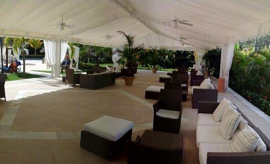 Luxury Bahia Principe Cayo Levantado: lounge at main pool