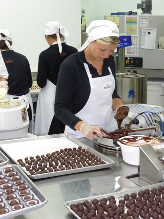 Makana Chocolate Boutique: Dipping the chocolate piece