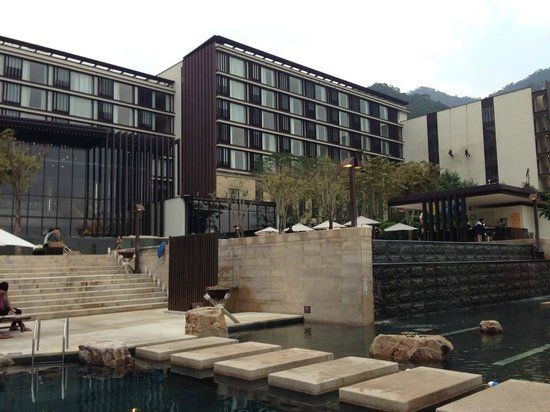 Hotel Royal Chiao Hsi: pool and hot spring outside