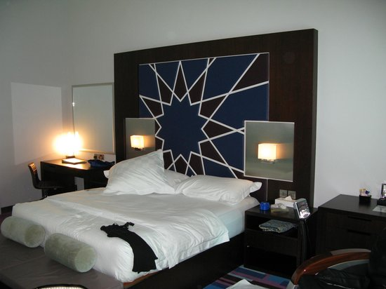 Dubai International Hotel: Partial view of our very lived in room