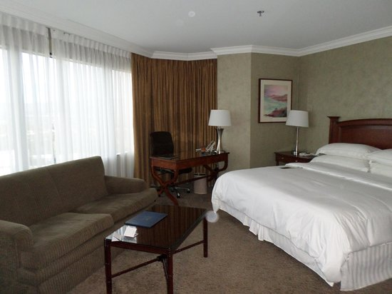Hilton Los Angeles/Universal City: Massive rooms
