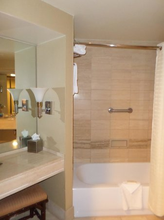 Hilton Los Angeles/Universal City: Nice bathrooms