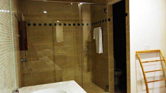 The Cliff Resort & Residences: bath room