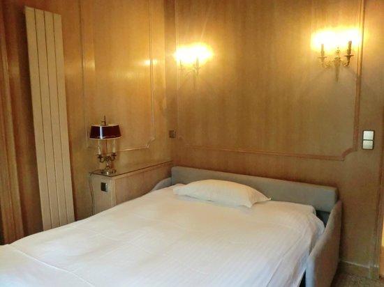 Splendid Etoile Hotel : 隣のリビングのソファがエキストラのベッドになります
