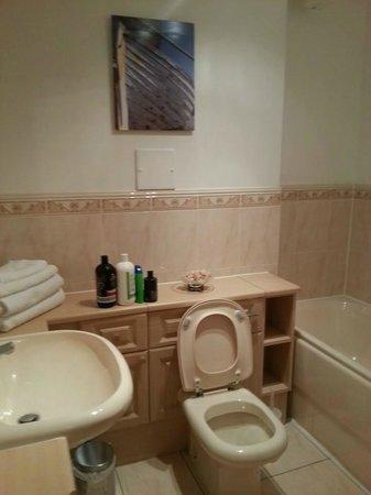Turnberry Links Estate : Main Bathroom in 3E
