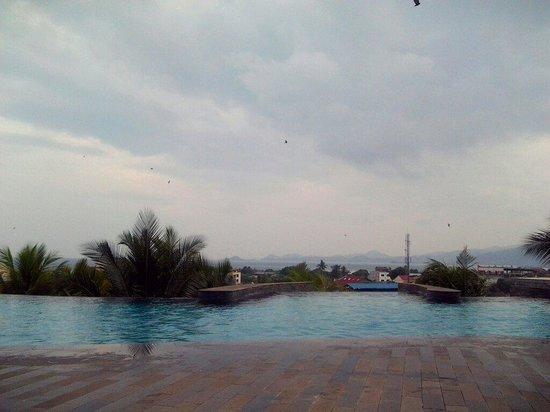 Hotel Novotel Lampung : Kolam renang dengan view bukit dan laut. Keren!