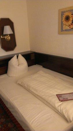 Hotel Condor: Кровать