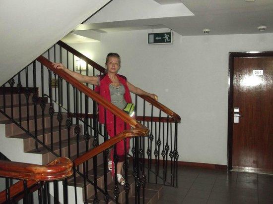 Arusha Crown Hotel : моя жена в вестибюле отеля