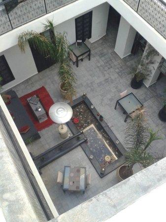 Riad Villa Wenge: Vue de la terrasse ouverte sur le patio