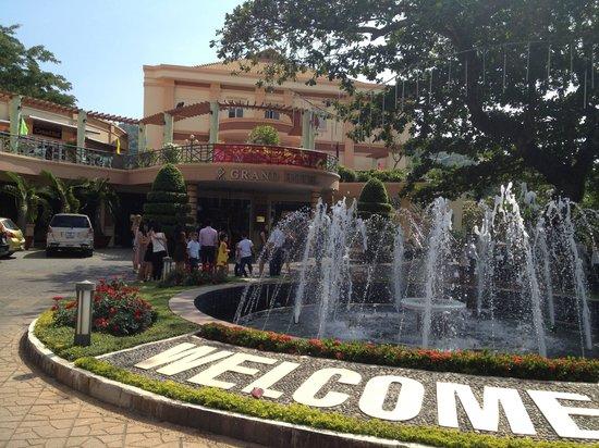 Grand Hotel: вход в отель