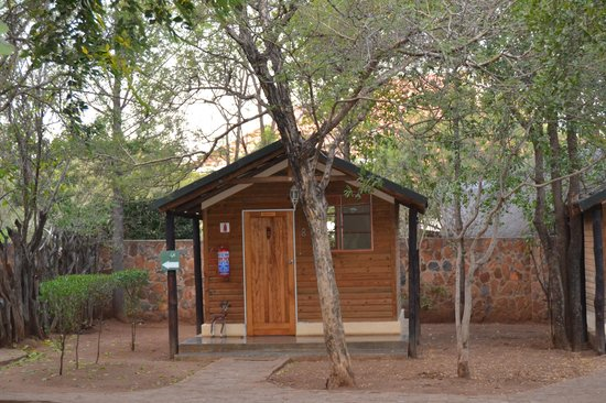Mokolodi Backpackers: One of the cosy wooden chalets.