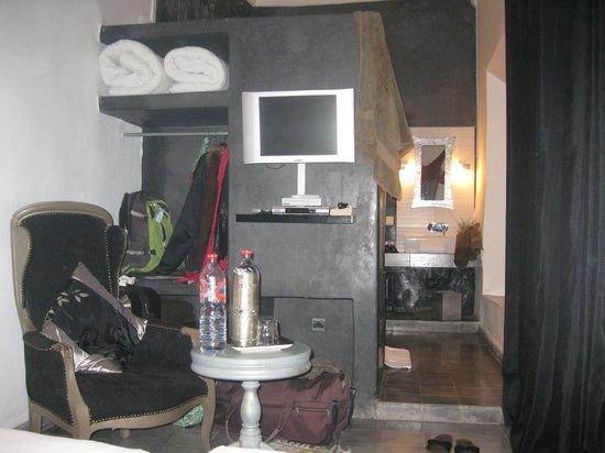 Riad Villa Wenge: Chambre et Salle de bain