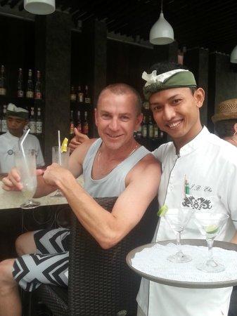 Sanur Paradise Plaza Suites: Bar staff enjoying Happy Hour also