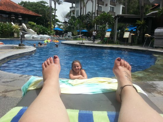 Sanur Paradise Plaza Suites: Relaxing by the pool while the kids have fun