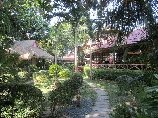 Garden Resort: Tuin en ontbijtruimte