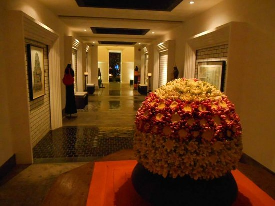 Shinta Mani Club: Walkway to reception