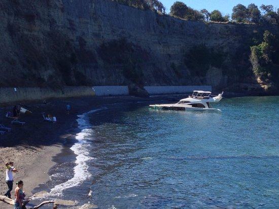 Spiaggia del Pozzo Vecchio: SPIAGGIA DEL POSTINO CON YACHT ... (ma il postino non andava in bicicletta?)