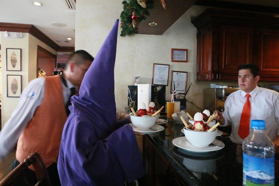 Cafe Plaza Grande: Подача десерта