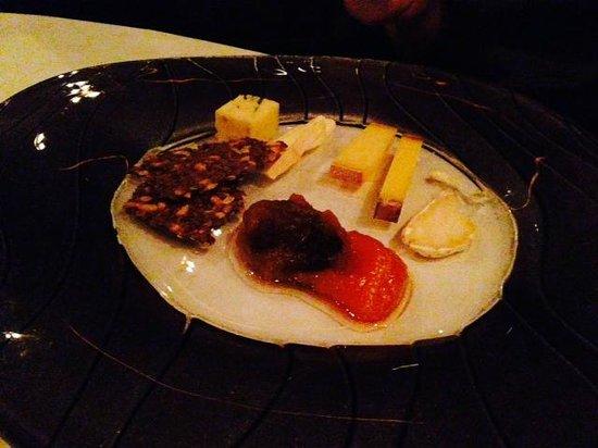 Fjord Restaurant: Selection of Norwegian cheeses for dessert