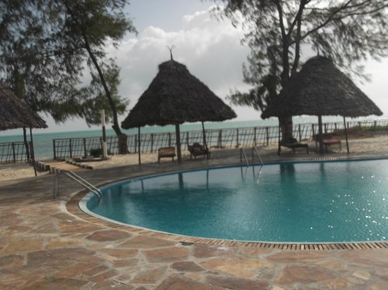 Visitor's Inn Hotel: океан и бассейн