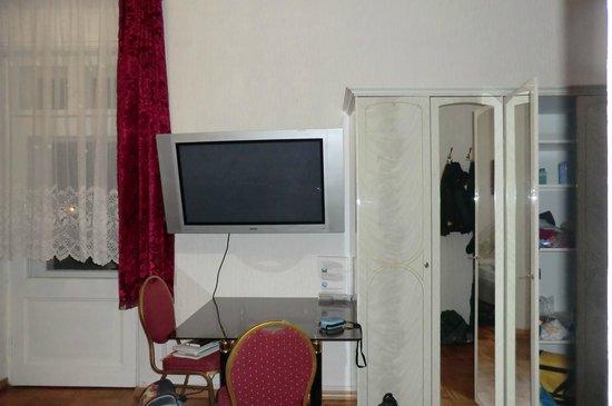 Hotel Zu den Linden: Zimmer mit Fernseher