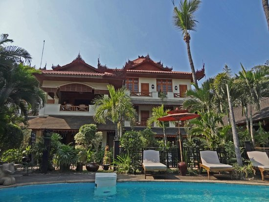 Hotel by the Red Canal, Mandalay : view of hotel from pool