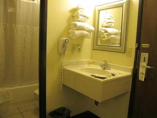 Days Inn Fort Collins: the bathroom