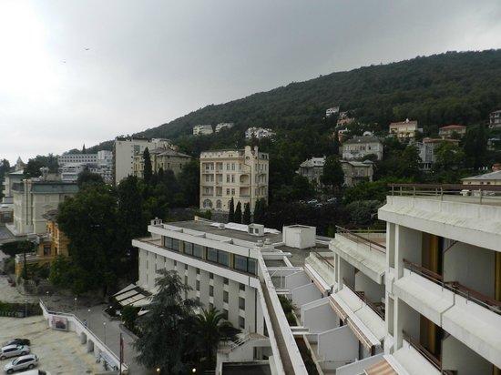 Remisens Hotel Admiral: Hotel e vista da monbtanha