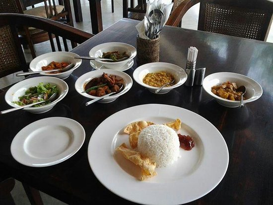 Weligama Bay Resort: rice & curry for one person :)