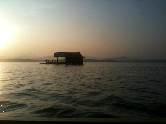 Maison flottante sur le lac devant ganesha park picture for Maison flottante