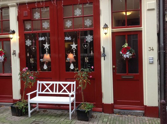 Boogaard's Bed and Breakfast: The B&B's festively decorated exterior.  The location is second to none.