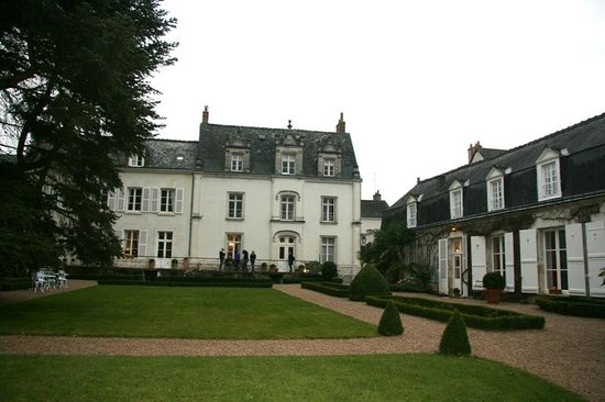 Hotel le Clos d'Amboise : Two buildings of the hotel (the main building in the center)