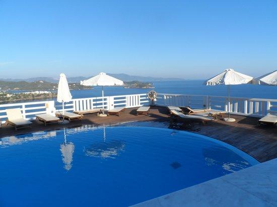 Kivo Art & Gourmet Hotel: pool area