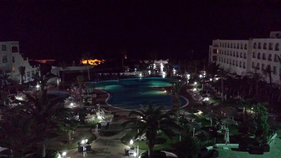 Vincci Nozha Beach Resort: soooo der Pool am Abend
