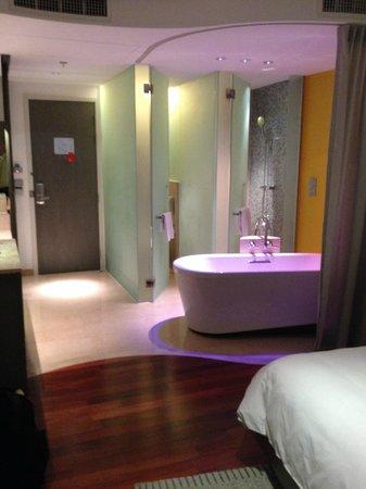 LiT BANGKOK Hotel : Camera con bagno a vista