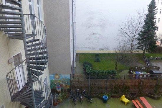 Acama Schöneberg Hotel+Hostel: Blick aus Zimmer 208