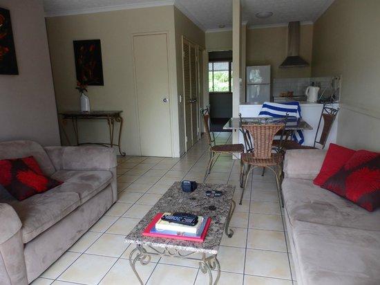 Cairns Beach Resort: Lounge/kitchen area