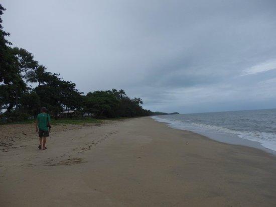 Cairns Beach Resort: Strolling along the beach