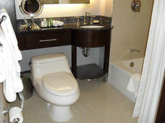 Washington Hilton: фото ванной комнаты