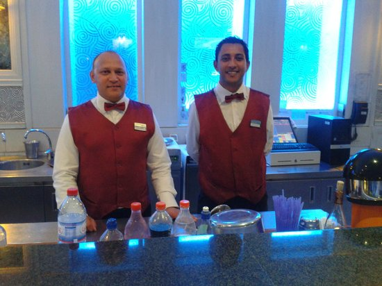 Aziza Residence Thalasso Golf: Staff of the pub bar