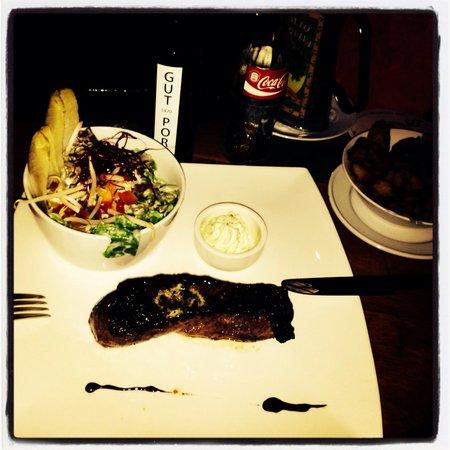 Gut Porz: Lækkert mad vi fik. God bøf, salat og kartofler til..