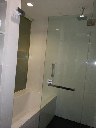 The Quincy Hotel by Far East Hospitality: Shower