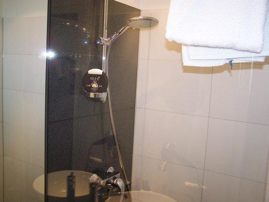 Motel One Muenchen-Sendl. Tor: Die Dusche bzw. das Band sind toll, auch wenn etwas klein - aber mehr benötigt man auch nicht...