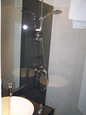 Motel One Muenchen-Sendl. Tor: Das Badezimmer, klein aber völlig okay!