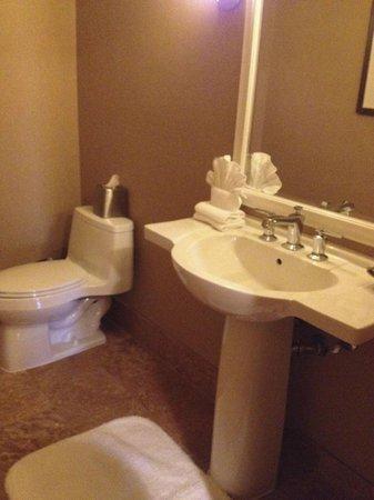 Westin Mission Hills Golf Resort & Spa: suite guest powder room